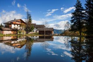 Südtirol, Herbst, Roter Hahn, Ferien auf dem Bauernhof, Jenesien, Enderbach 20, Ausserpircherhof, Teich mit Spiegelung, Fernsicht in die Dolomiten,