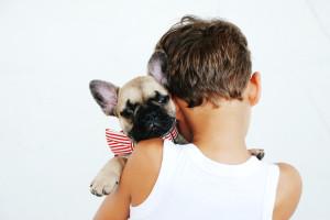 chlapec a pes-unsplash